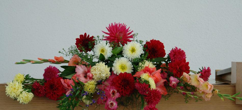 Для проведения богослужения алтарь Новоапостольской церкви украшается цветами