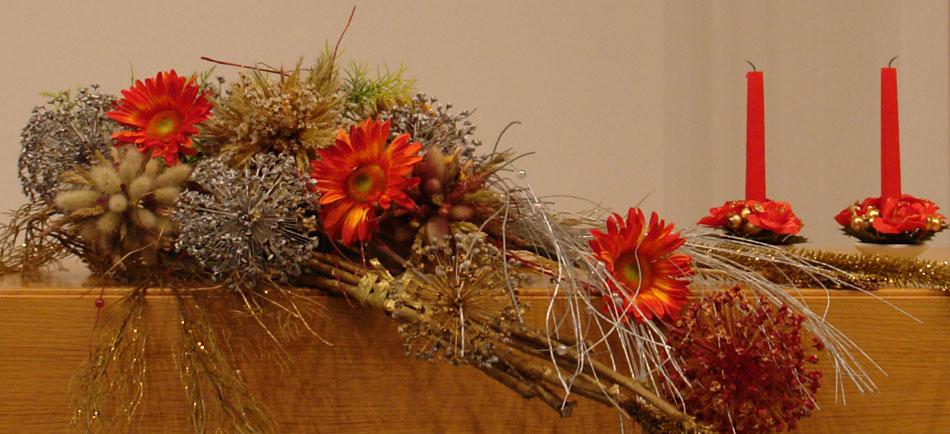 Во время Адвента алтарь украшют букет и свечи